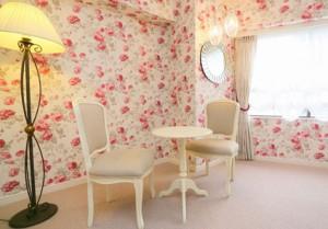 花柄のローラアシュレイの壁紙で覆われた703号室