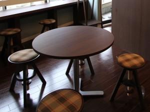 イスとテーブルの画像