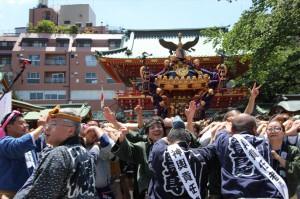 神田祭宮入の途中