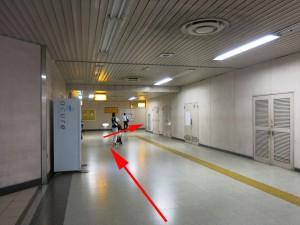 14.共通:地下通路突き当りコンビニを左へ。2番出口方面へ進む