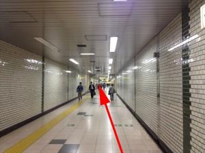 地下通路をまっすぐに進みます