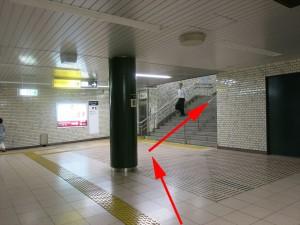 5.下り:横山町方面改札へ(踊り場)