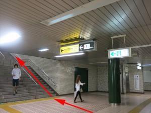 5.上り:横山町方面改札へ(踊り場)