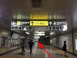 左には、都営新宿線の改札が見えます