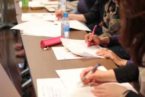 紙とペンと手