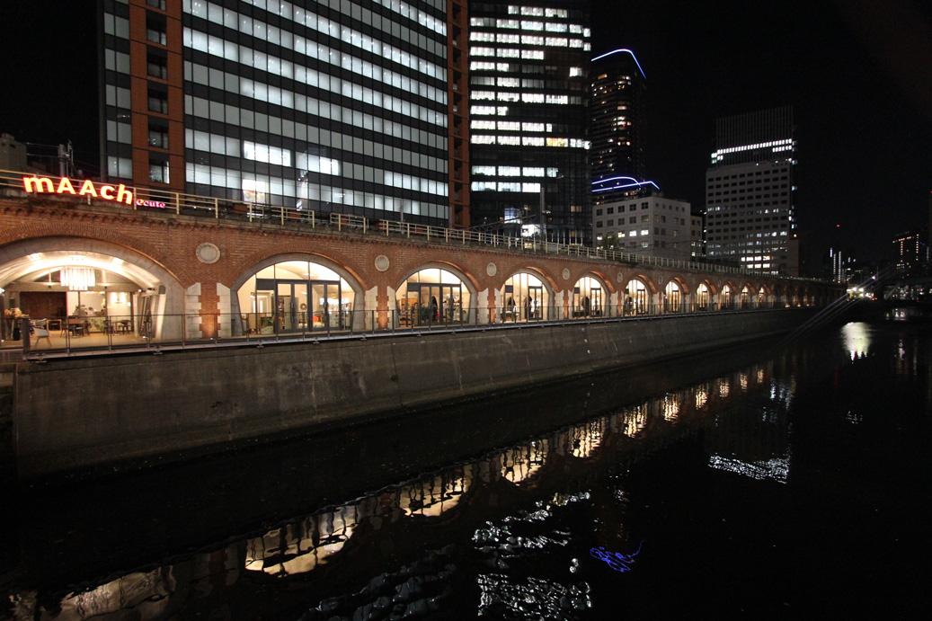 マーチエキュートと神田川に映る夜景