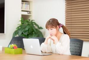 HPを見ている女性のイメージ画像