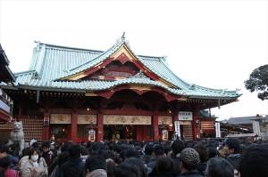 神田明神の本殿に向かってたくさんの人が並んでいます