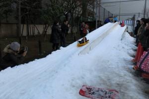 嬬恋村から運ばれてきた雪で作った滑り台