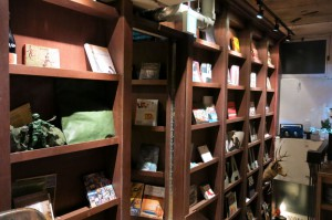 壁面にある本棚には扉が隠されています。