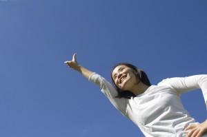 女性が天を指さす画像