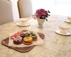 テーブルクロスや造花を置いて、華やかさを倍増