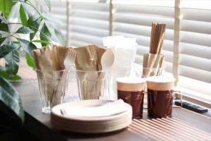 使い捨ての紙皿・コップ・箸など。