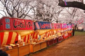 屋台が建ち並ぶ靖国神社のイメージ
