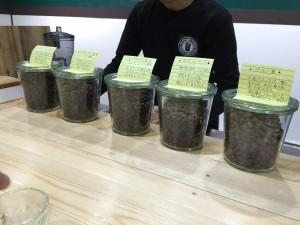 カウンターにはコーヒー豆とそのお豆の説明が書いてあります!