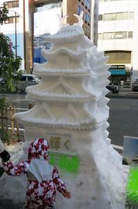 繊細で美しい五重の塔。もちろん全て雪でできています。
