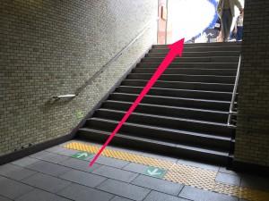 A1出口に向かう階段