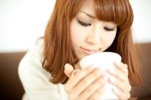 マグカップでアロマを楽しむ女性