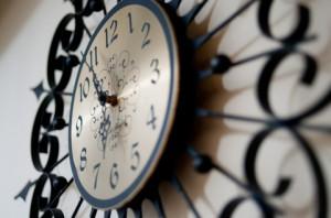 6時を指す時計の画像
